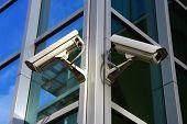 Постер, плакат: две камеры безопасности города на стеклянный фасад