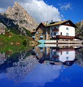 Постер, плакат: Типичный альпийский дом на банка горные озера Dolomiti Италия