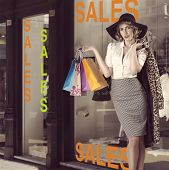 Fashion Portrait Of Kitsch Shopping Girl vor Schaufenster