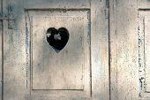 Постер, плакат: Старые деревянные двери с резной романтическими сердце