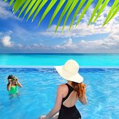 Постер, плакат: синий Карибский бассейн дочь мать и очки