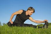 Постер, плакат: Спортсмен это растяжение ноги лезвием для эластичное