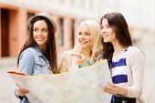 Постер, плакат: Праздники и туризма концепции красивые девушки в поисках направление в городе