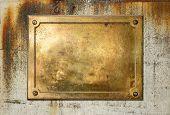 Постер, плакат: Латунь желтого металла пластину на шероховатый бетона фоновой текстуры