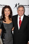 LOS ANGELES - OCT 26:  Julie Chen, Les Moonves arrives at the Big Brothers Big Sisters of Greater Lo