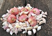 picture of red shallot  - shallots  garlic close up on wood background  - JPG