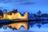 Постер, плакат: Руины замка в городе Adare ночью графство Лимерик Ирландия