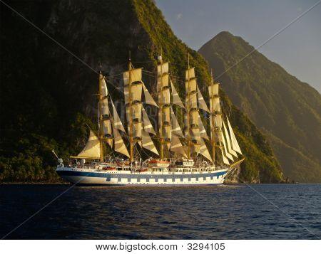 Постер, плакат: Парусов корабль возле горы острова, холст на подрамнике