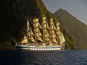 Постер, плакат: Парусов корабль возле горы острова