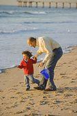 Постер, плакат: Египетский отец и сын на пляже