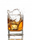 Whisky Glas mit Splash, isolated on white background