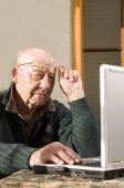 Постер, плакат: Старший мужчина и ноутбук