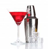 Cocktail-Shaker und Cocktail, isolated on white