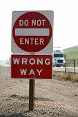Постер, плакат: «не входить» «неправильный путь» знак на шоссе с «полу грузовик» за ним