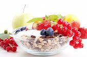 Постер, плакат: Deliscious здоровый завтрак с хлопьями и фрукты изолированные