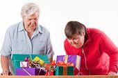 Постер, плакат: Старший с умственными недостатками дочь считают подарки