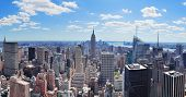 New York City Manhattan Midtown Luftbild Panoramablick mit Wolkenkratzern und blauer Himmel in den Tag.