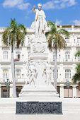 Постер, плакат: Памятник Хосе Марти на Центральный парк Гаваны на прекрасный летний день
