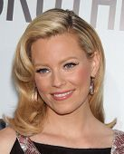 LOS ANGELES - 16 de AUG: ELIZABETH BANKS chega para o